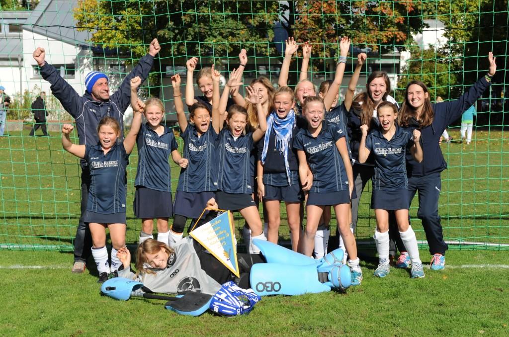 Ungeschlagen Meister: Die B1-Mädchen des ESV mit Coach Mario Bayba und den Assistenz-Trainerinnen Marie und Amrei